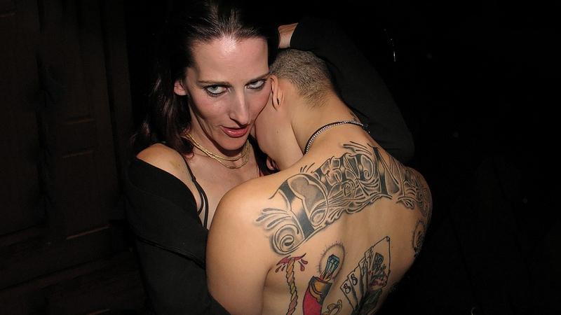 девушка провожает парня на тату фестиваль