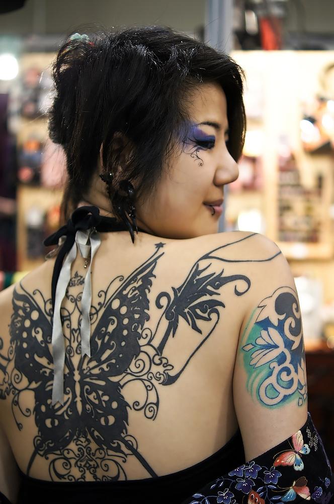 девушка с татуировкой бабочки