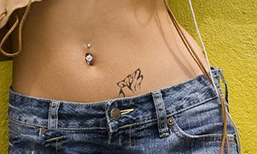 татуировка волка у женщины на животе