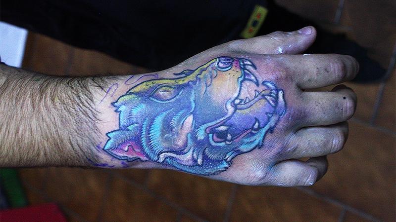 ультрафиолетовая тату волка светящаяся в темноте