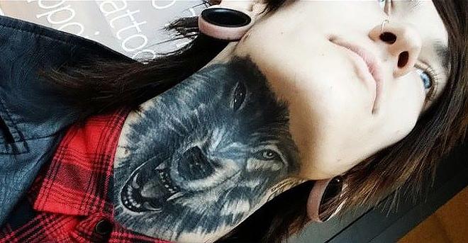 татуировка волка у женщины на шее