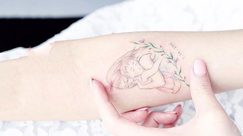 Девушка с ребенком. Татуировщик Mini Lau